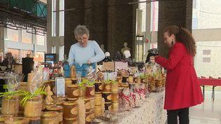 De plus en plus de marchés de Noël s'organisent dans les entreprises. (FRANCE 2)