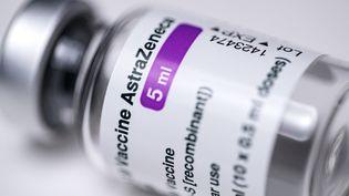 Un dose du vaccin AstraZeneca, le 11 mars 2021 à Paris. (JOEL SAGET / AFP)