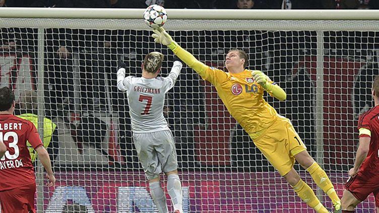 Bernd Leno enlève le ballon sur la tête d'Antoine Griezmann