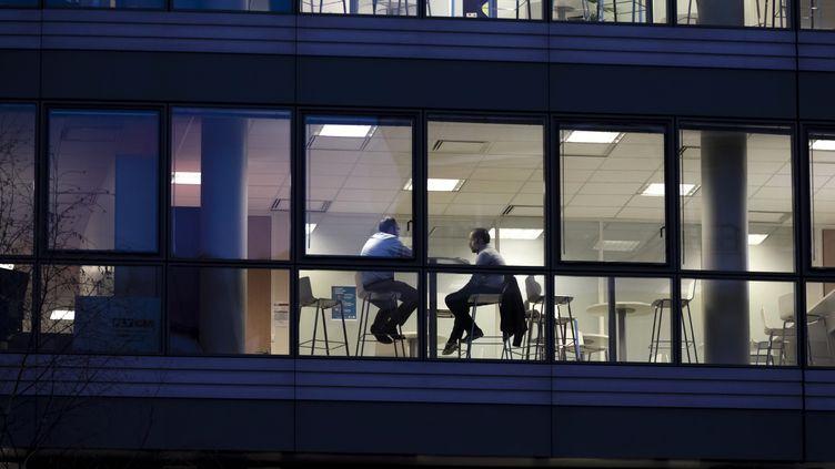 Employés de bureau dans les locaux de leur entreprise(illustration). (MAXPPP)