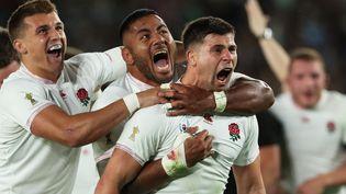 Les joueurs anglais félicitent Ben Youngs (à droite) après son essai inscrit contre la Nouvelle-Zélande, le 26 octobre 2019 en demi-finale de la Coupe du monde de rugby à Yokohama (Japon). (MASAHIRO SUGIMOTO / YOMIURI / AFP)