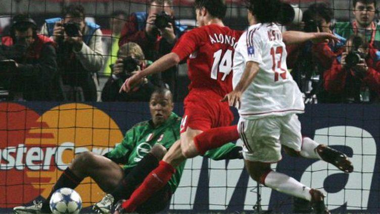 Xavi Alonso permet à Liverpool d'égaliser contre l'AC Milan en finale de la Ligue des Champions en 2005