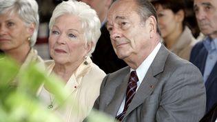 La chanteuse et coméienne Line Renaud s'entretient avec le président Jacques Chirac, lors de l'inauguration d'une place portant le nom de son mari, le 1er juillet 2005, à Paris. (BERTRAND GUAY / AFP)
