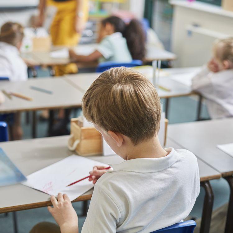 Depuis 2001, la loi prévoit trois séances d'éducation sexuelle par an, entre le CP et la terminale. (photo d'illustration) (SYDNEY BOURNE / CULTURA RF / GETTY)