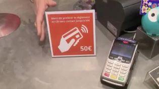Le paiement sans contact est devenu un geste barrière. Le plafond a été relevé depuis le 11 mai afin d'éviter les manipulations. (FRANCE 2)