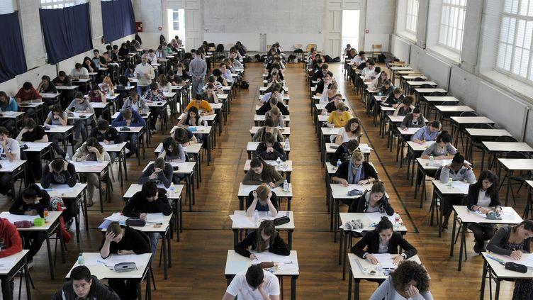 Des élèves pendant une épreuve du baccalauréat, au Lycée Georges-Clemenceau, à Nantes (Loire-Atlantique), en 2011. (ALAIN LE BOT / PHOTONONSTOP / AFP)