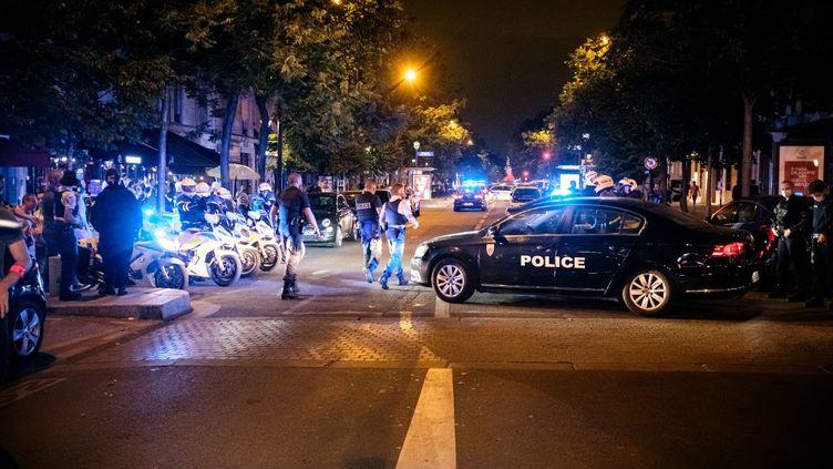 Des policiers devant le Bataclan, à Paris, le 26 juin 2020. (SAMUEL BOIVIN / NURPHOTO / AFP)