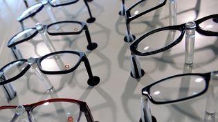 Des montures de lunettes en vente chez un opticien de Wattignies (Nord), en décembre 2013. (PHILIPPE HUGUEN / AFP)