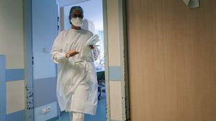 Une infirmière dans un hôpital de Mulhouse (Haut-Rhin), mardi 16 février 2021. (SEBASTIEN BOZON / AFP)