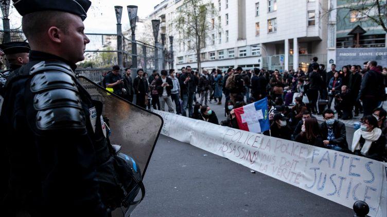 Un policier face à des manifestants protestant contrela mort d'un ressortissant chinois, tué par un policier à Paris, le 28 mars 2017. (GEOFFROY VAN DER HASSELT / AFP)