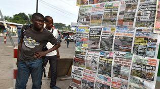 Les unes de la presse ivoirienne, dans les rues d'Abidjan (Côte d'Ivoire), le 14 mars 2016, au lendemain de l'attaque deGrand-Bassam. (SIA-KAMBOU / AFP)