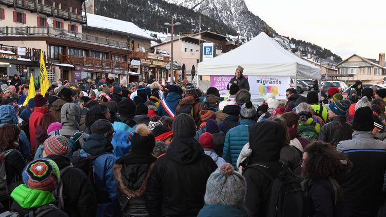 """Des militants de différentes associations se sont rassemblés pour aider les migrants lors d'une """"grande maraude solidaire"""", vendredi 15 mars, à Montgenèvre. (JEAN-PIERRE CLATOT / AFP)"""