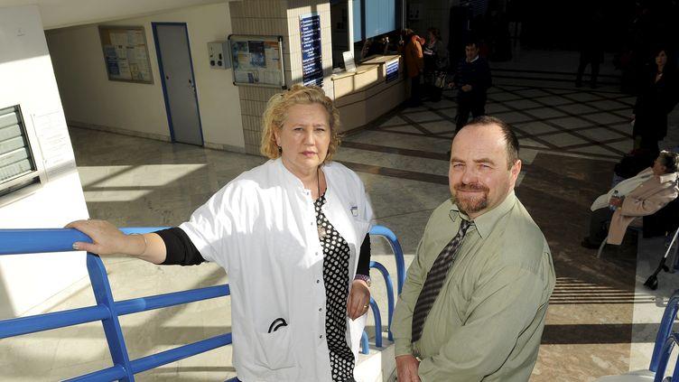Les chercheurs Isabelle Ravaux et Erwann Loret, en janvier 2013 à l'hôpital de la Conception, à Marseille. (MAXPPP)