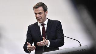 Le ministre de la Santé Olivier Véran donne une conférence de presse à Paris, le 25 février 2021. (STEPHANE DE SAKUTIN / POOL / AFP)