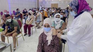 Une femme reçoit une dose de vaccin contre le Covid-19, le 20 juillet 2021 à Tunis (Tunisie). (FETHI BELAID / AFP)