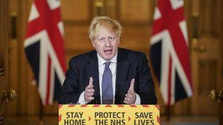Le Premier ministre Boris Johnson lors d'une conférence de presse sur le coronavirus, au 10 Downing Street, à Londres, le 30 avril 2020. (ANDREW PARSONS / 10 DOWNING STREET / AFP)