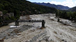 Un pont endommagé sur la Vesubie à Roquebillière, dans le département des Alpes-Maritimes, le 3 octobre 2020. (NICOLAS TUCAT / AFP)