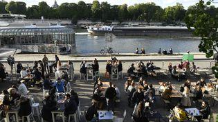Des clients assis sur des terrasses extérieures, à Paris, le 19 mai 2021. (BERTRAND GUAY / AFP)