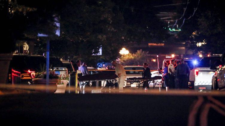 Des secouristes portent des brancards sur les lieux d'une tuerie à l'arme à feu qui a fait neuf morts à Dayton (Ohio, Etats-Unis), le 4 août 2019. (JOHN MINCHILLO / AP / SIPA)