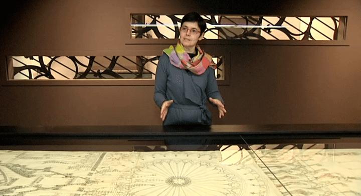 Cécile Dupeux, la conservatrice du musée de l'Oeuvre Notre-Dame, devant l'un des dessins de la collection  (France 3 Alsace)
