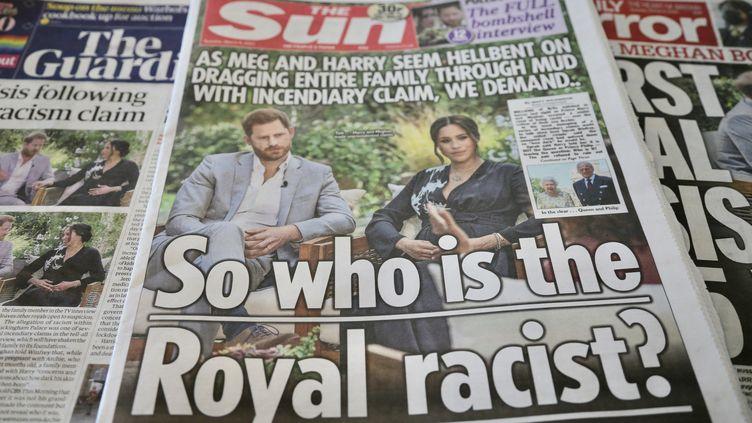 """""""Qui est le raciste royal ?"""" interroge le """"Sun"""" à sa une, le 9 mars 2021, après les accusations de Meghan Markle et du prince Harry dans une interview télévisée accordée à Oprah Winfrey aux Etats-Unis. (HASAN ESEN / ANADOLU AGENCY / AFP)"""