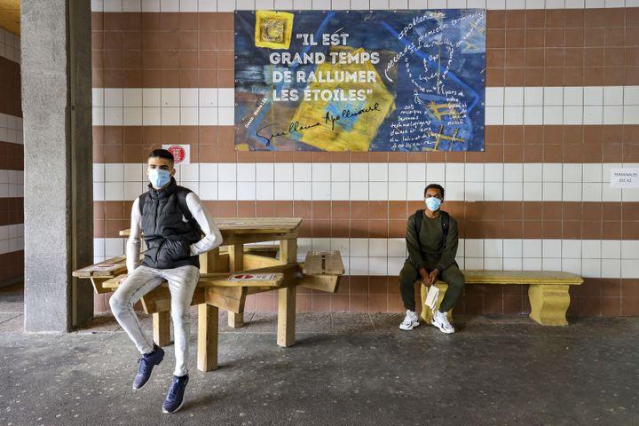 Deuxélèves d'un lycée de Nice (Alpes-Maritimes), le 8 juin 2020. (ARIE BOTBOL / HANS LUCAS / AFP)