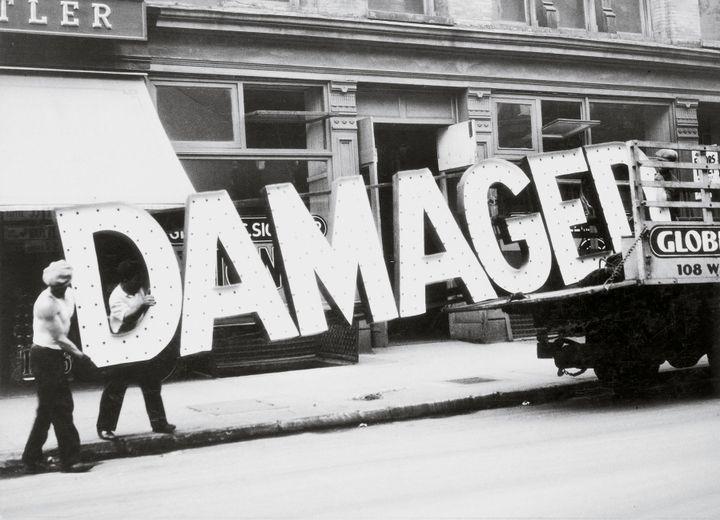 "Walker Evans, ""Truck and Sign"", 1928-1930, Collection particulière, San Francisco  (Walker Evans Archive, The Metropolitan Museum of Art Photo: © Fernando Maquieira, Cromotex)"