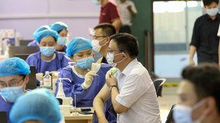 Un homme recevant le vaccin contre le Covid-19 du China National Biotec Group (CNBG) à Nantong, dans l'est du pays, le 5 juillet 2021. (STR / AFP)