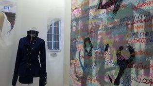 """Dans le cadre de l'exposition """"Calligraphie entre princeau et ciseau"""" avec Ken Okada et Catharine Cary, une chemise signée Ken Okada à côté d'un tableau de Catharine Cary  (Corinne Jeammet)"""