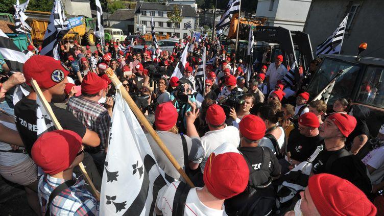 """Une manifestation des """"bonnets rouges"""" devant la préfecture deMorlaix (Finistère), le 14 juin 2014. (  MAXPPP)"""