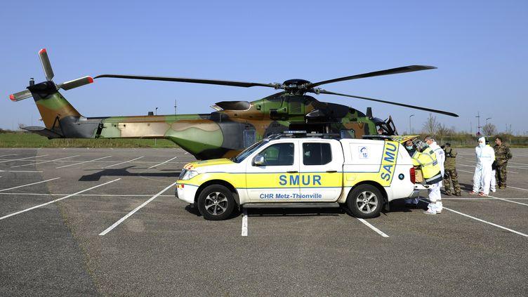 Le staff médical de l'hôpital de Metz évacue des patients vers Essen, en Allemagne via hélicoptère, le 28 mars 2020. (JEAN-CHRISTOPHE VERHAEGEN / AFP)