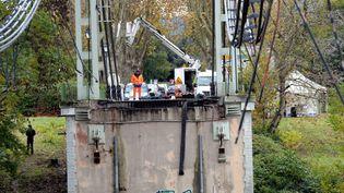 Le tablier du pont s'est effondré alors que des véhicules roulaient dessus, le 18 novembre 2019. (MAXPPP)