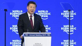 Le président chinois Xi Jinping prononce un discours à l'occasion duForum économique mondial à Davos (Suisse), le 17 janvier 2017. (FABRICE COFFRINI / AFP)