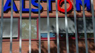 Logo Alstom sur le batiment de Belfort. (SEBASTIEN BOZON / AFP)