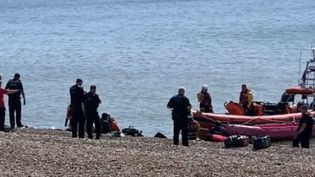 74 migrants ont été interceptés près des cotes en Angleterre, samedi 1er juin, alors qu'ils tentaient de rejoindre le pays, depuis Calais (Pas-de-Calais), par la Manche. Les explications de notre journaliste, Arnaud Comte. (FRANCE 2)