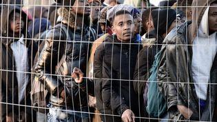 Migrants et réfugiés lors de l'évacuation d'un camp près de La Chapelle, à Paris, le 9 mai 2017. (PHILIPPE LOPEZ / AFP)