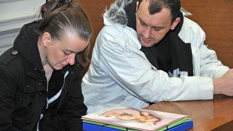 Sandrine et son époux Franck Lavier, le 26 janvier 2012 au tribunal correctionnel de Boulogne-sur-Mer (Pas-de-Calais). (PHILIPPE HUGUEN / AFP)
