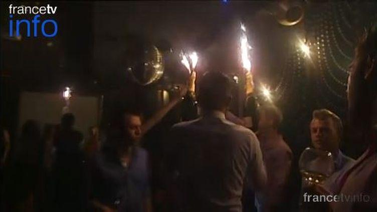 Capture d'écran d'un reportage de France 2 à l'intérieur d'une discothèque à Saint-Tropez (Var). ( FRANCE 2 / FRANCETV INFO)