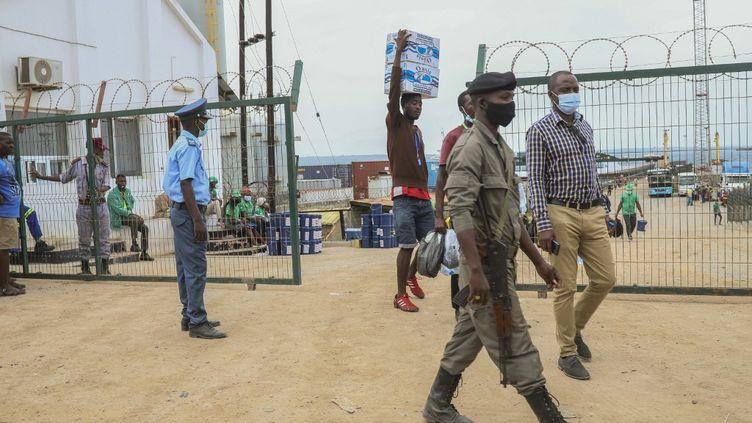 Des personnes déplacées arrivent à Pemba, le 1er avril 2021, depuis le bateau des personnes évacuées des côtes de Palma, au Mozambique, après l'attaque jihadistes du24 mars 2021. (ALFREDO ZUNIGA / AFP)