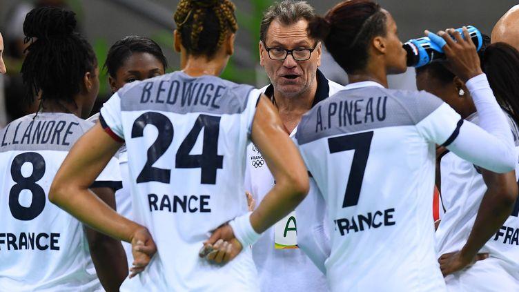 Revenu pour diriger les Françaises jusqu'en finale des JO de Rio, Olivier Krumbholz poursuit sa mission auprès d'Allison Pineau, Béatrice Edwige, Laurisa Landre et les Françaises