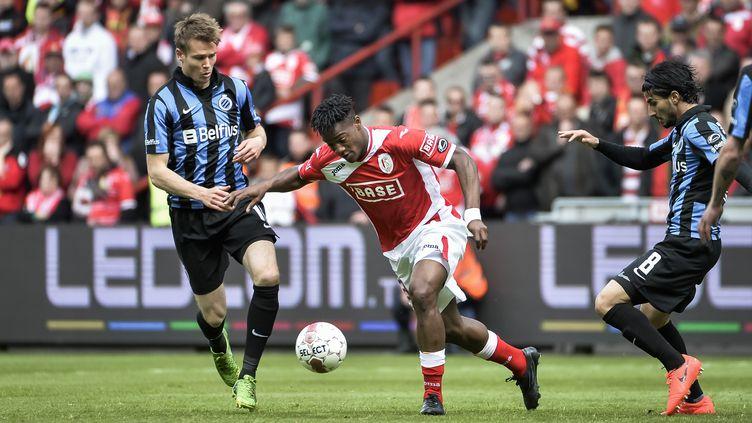 Michy Batshuayi, ici face au Club de Bruges de Jesper Jorgens, quitte le Standard de Liège pour signer à l'OM. (NICOLAS LAMBERT / BELGA MAG)