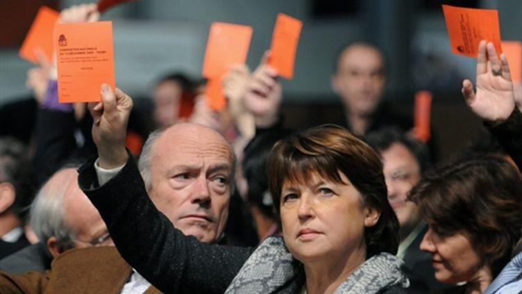 Martine Aubry lors d'un vote sur les listes des régionales  lors d'une convention du PS (12/12/09) (AFP/ALAIN JOCARD)