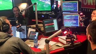 """L'équipe de la """"Radio libre"""" de Skyrock, jeudi 11 mai 2017. (ELISE LAMBERT/FRANCEINFO)"""