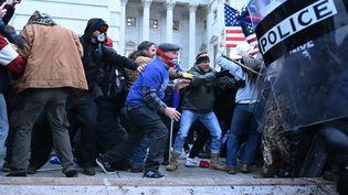 Des militants pro-Trump font face à des policiers devant le Capitole à Washington, mercredi 6 janvier 2021. (BRENDAN SMIALOWSKI / AFP)