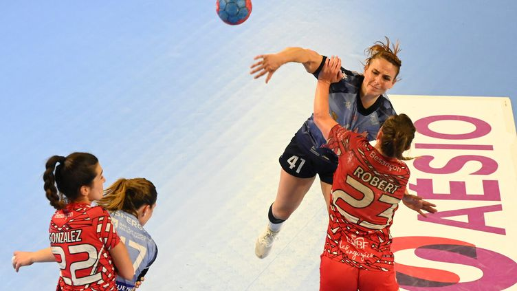 Nina Brkljacic, joueuse de Chambray-les-Tours, lors d'un match d'handball. (FRANCK LALLEMAND / MAXPPP)