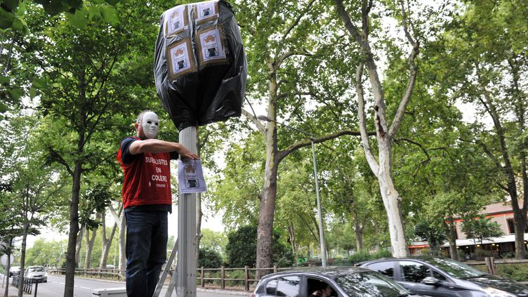Un buraliste recouvre un radar, à Toulouse, pour protester contre le paquet de cigarettes à 10 euros. (FREDERIC CHARMEUX / MAXPPP)