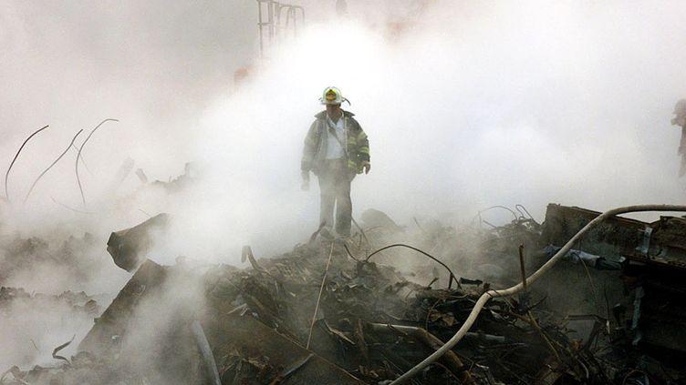 Un pompier dans les décombres d'une tour du World Trade Center le 11 octobre 2001, un mois après sa destruction dans un attentat. (LOS ANGELES TIMES / AFP)
