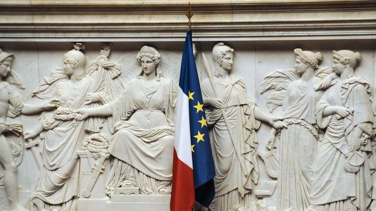 Le drapeau européen et le drapeau français sont installés à l'Assemblée nationale, le 24 novembre 2010. (LIONEL BONAVENTURE / AFP)