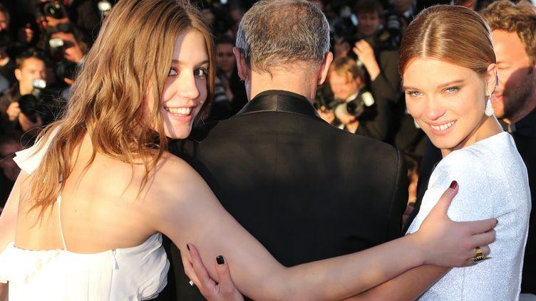 Abdellatif Kechiche le 26 mai 2013 avec ses deux actrices Léa Seydoux et Adèle Exarchopoulos à Cannes (LOIC VENANCE / AFP)