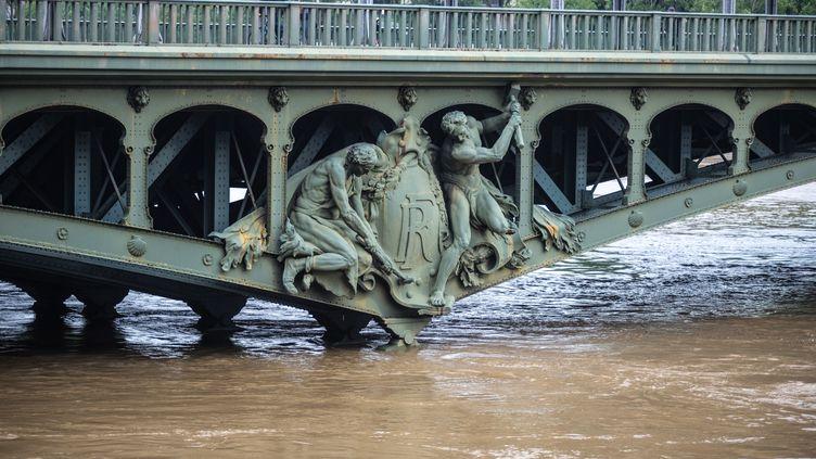 Les ponts de Paris, ici le pont de Bir Hakeim, le 2 juin 2016, sont menacés par la montée des eaux depuis plusieurs jours. (YANN KORBI / CITIZENSIDE / AFP)